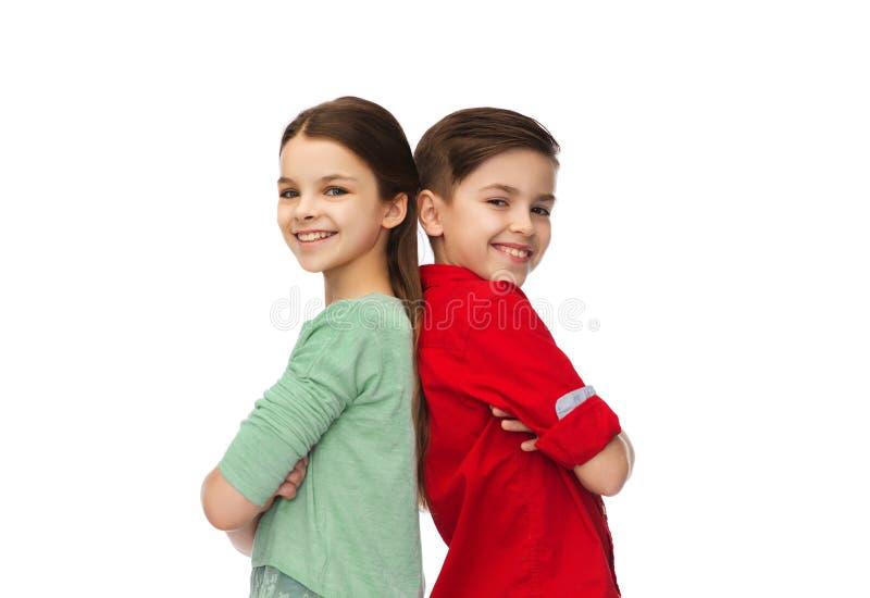 Glücklicher Junge und Mädchen, die zusammen steht lizenzfreies stockbild