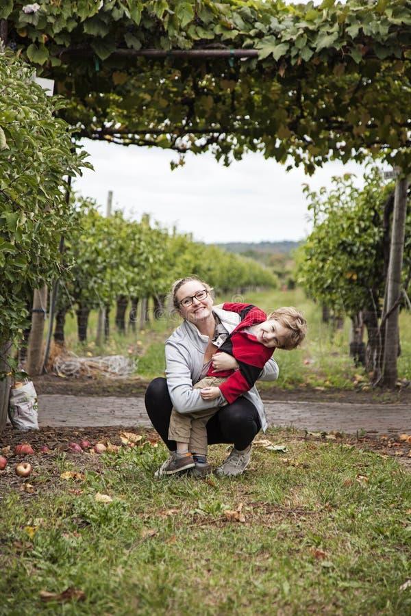 Glücklicher Junge und Mutter stockfoto