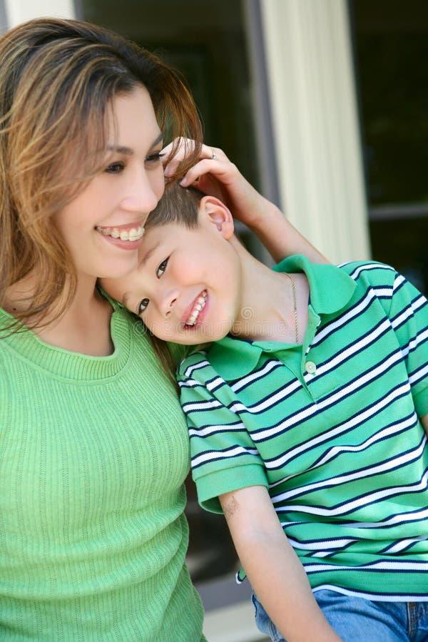Glücklicher Junge zu Hause mit Mutter lizenzfreies stockbild