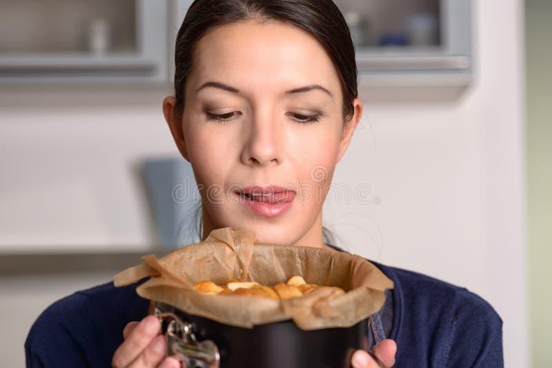 Glücklicher Jungekoch, der einen frischen Kuchen hält lizenzfreies stockfoto