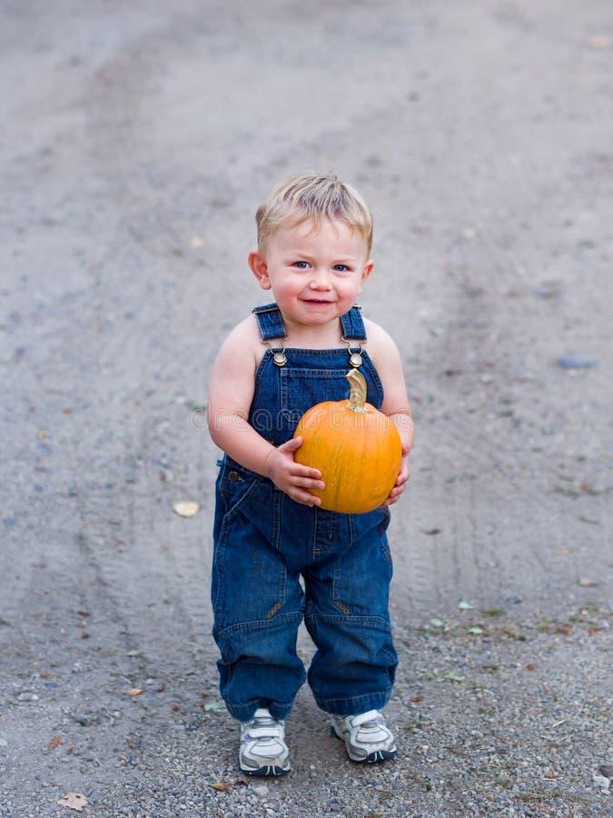 Glücklicher Jungenholdingkürbis stockfotografie