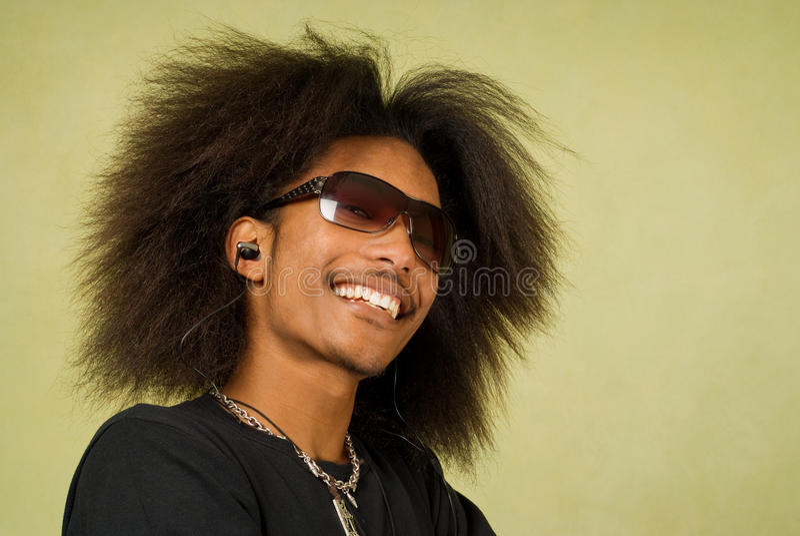 Glücklicher junger Afroamerikaner-Mann stockfoto