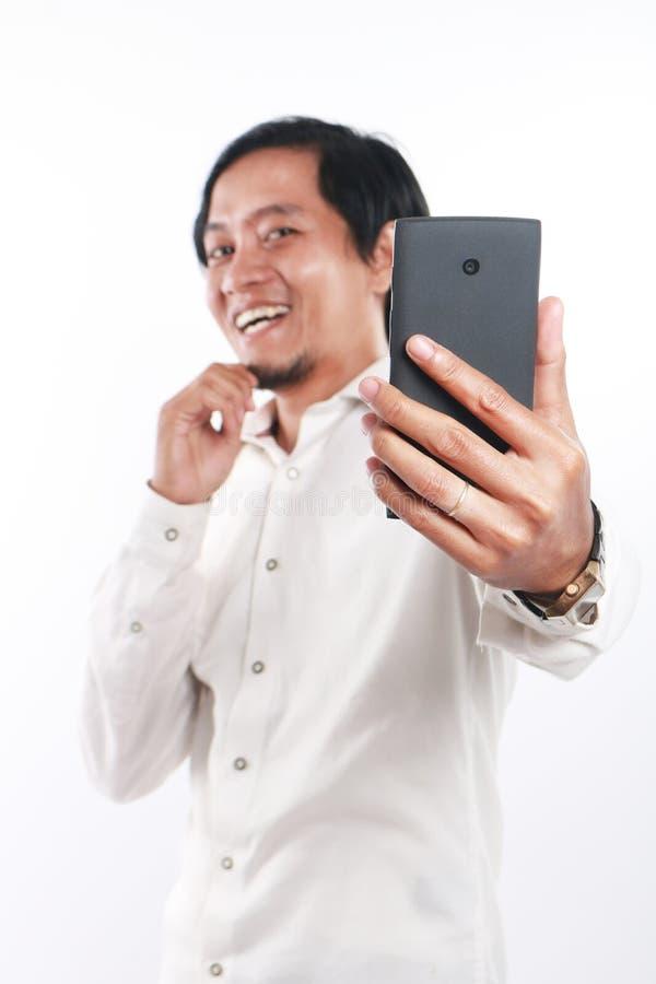 Glücklicher junger asiatischer Geschäftsmann Taking Selfie Foto lizenzfreies stockfoto