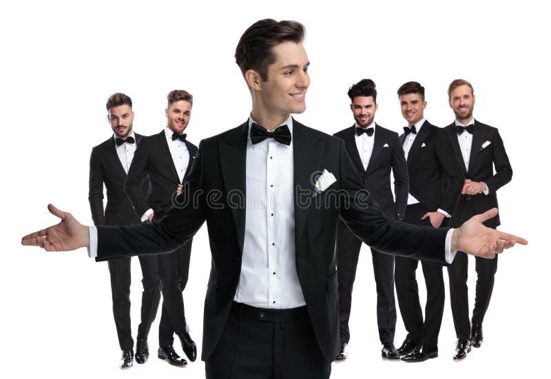 Glücklicher junger Bräutigam begrüßt Sie, um sein bester Mann zu sein stockbild