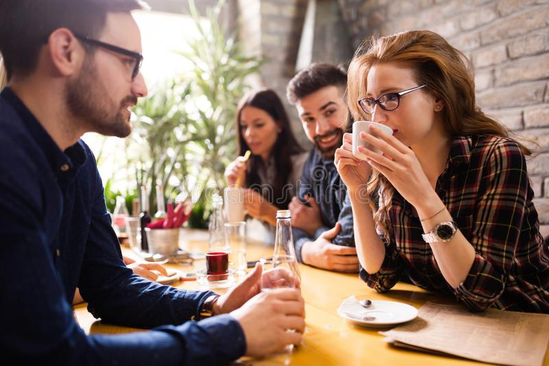 Glücklicher junger Freundtreffpunkt in der Kaffeestube stockfoto