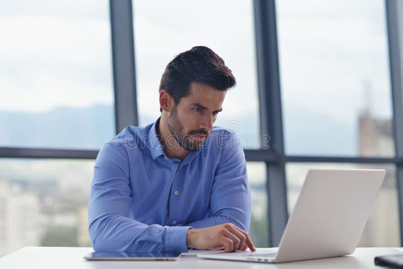 Glücklicher junger Geschäftsmann im Büro lizenzfreies stockbild