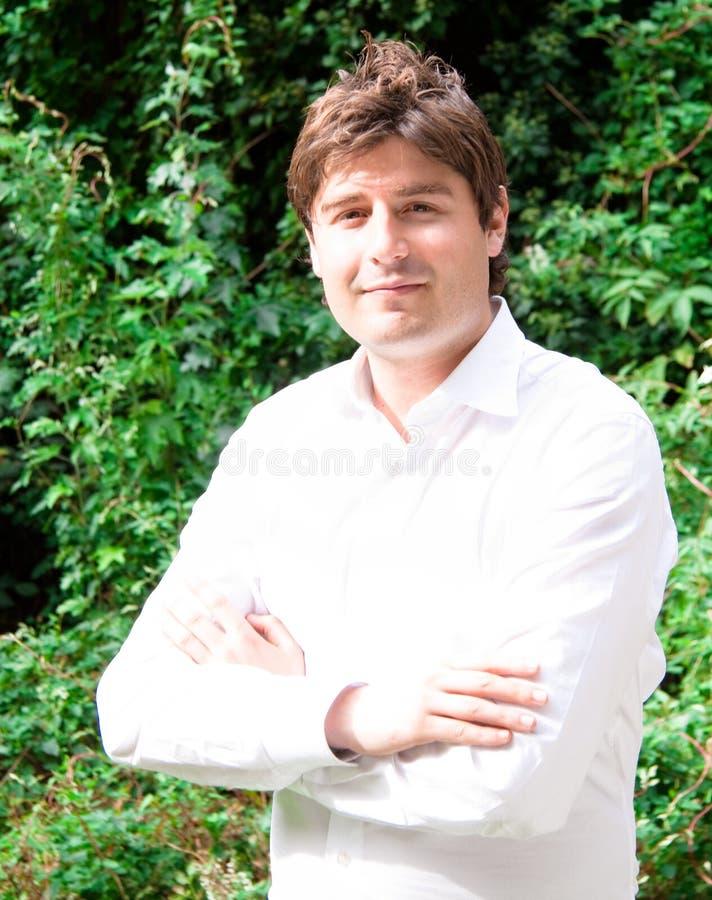 Glücklicher junger Geschäftsmann im Freien mit weißem Hemd stockbild