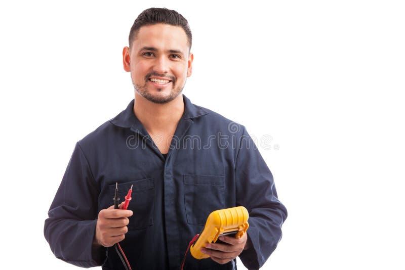 Glücklicher junger hispanischer Elektriker stockfoto