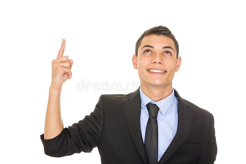 Glücklicher junger hispanischer Geschäftsmann, der oben schaut und zeigt lizenzfreie stockfotos