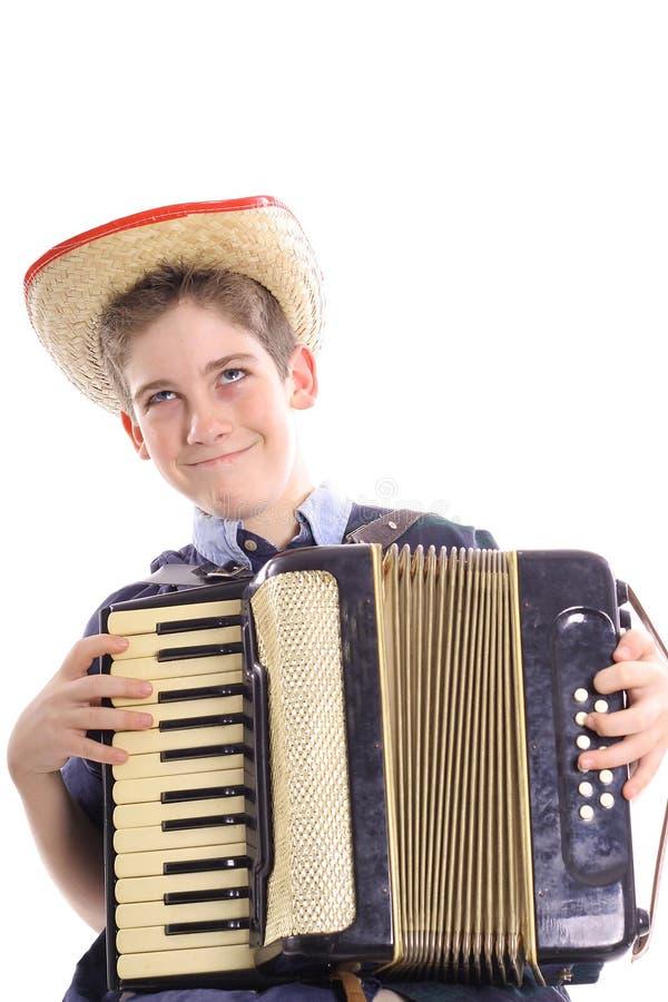 Glücklicher junger Junge, der eine accordian Vertikale spielt stockfotografie