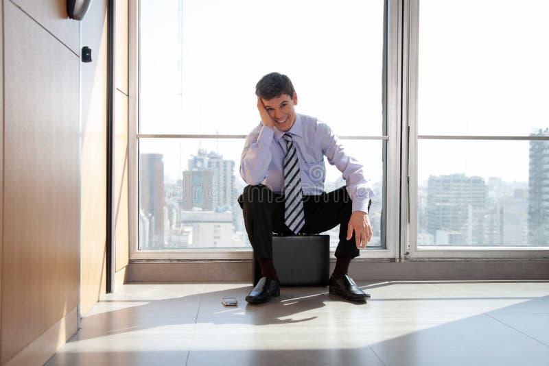 Glücklicher junger männlicher Unternehmer stockbilder