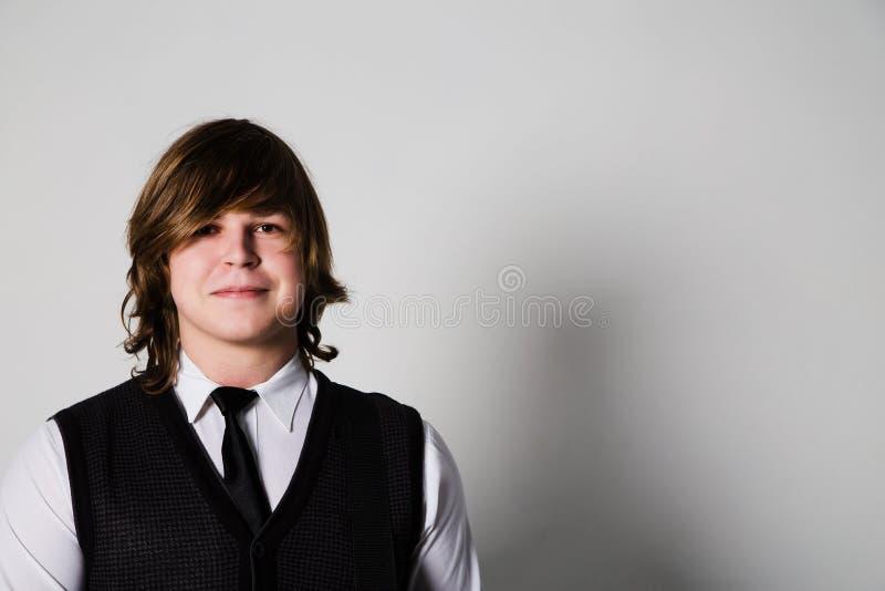 Glücklicher junger Mann über weißem Hintergrund stockbild