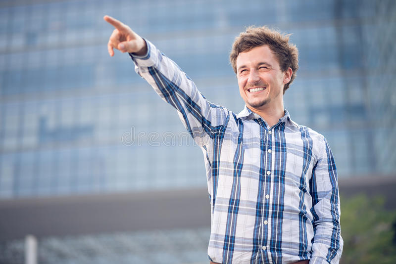 Glücklicher junger Mann stockfoto