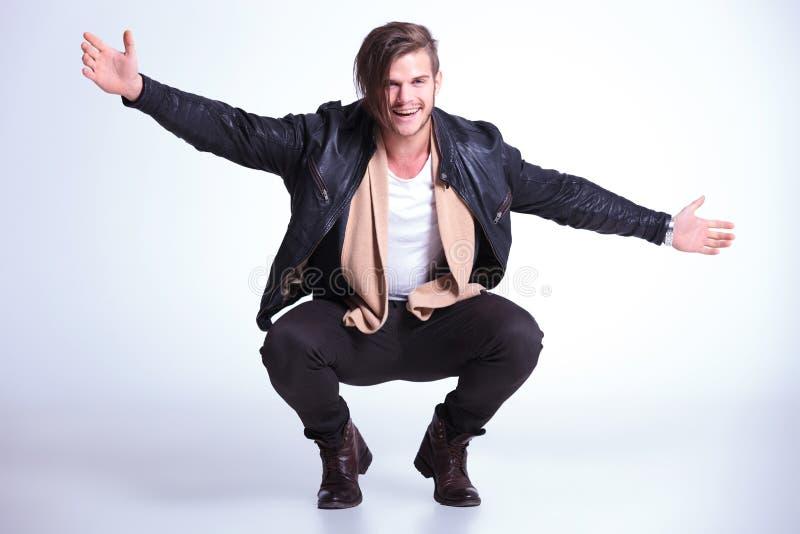 Glücklicher junger Mann in den Lederjackesprüngen begrüßt Sie lizenzfreies stockfoto