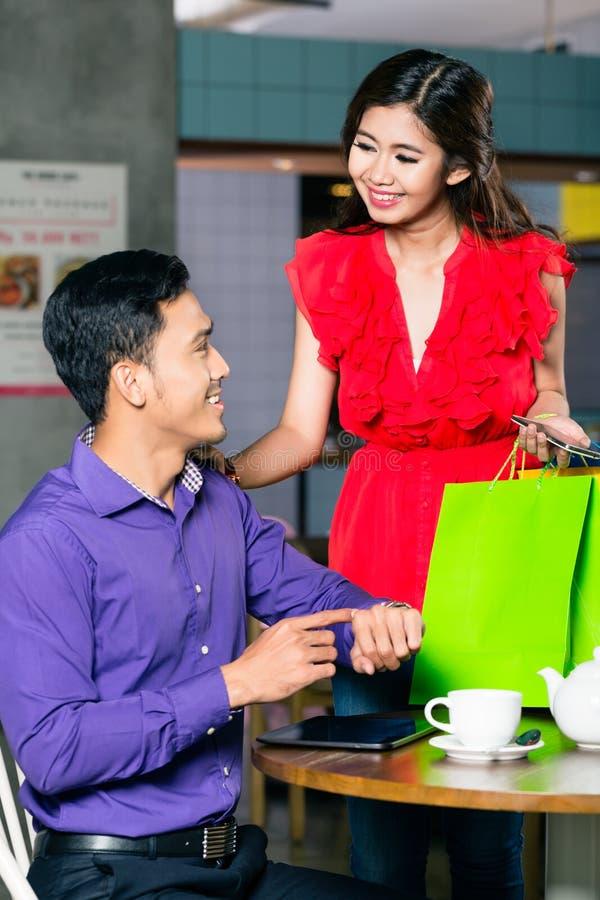 Glücklicher junger Mann, der auf seine schöne Freundin wartet, um nachher zu kommen stockbilder