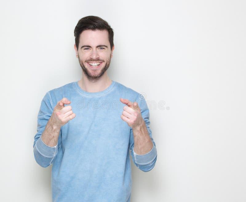 Glücklicher junger Mann, der Finger zeigt stockbild