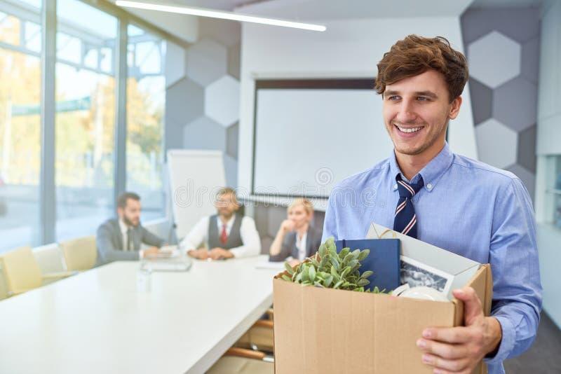 Glücklicher junger Mann, der Karriere im Geschäft beginnt lizenzfreie stockfotografie