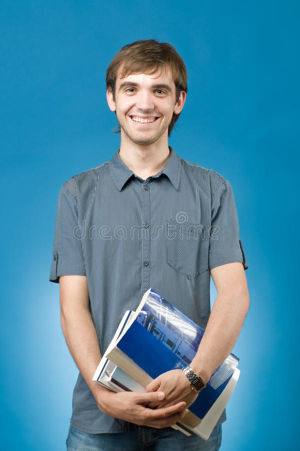 Glücklicher junger Mann mit Büchern lizenzfreie stockfotos
