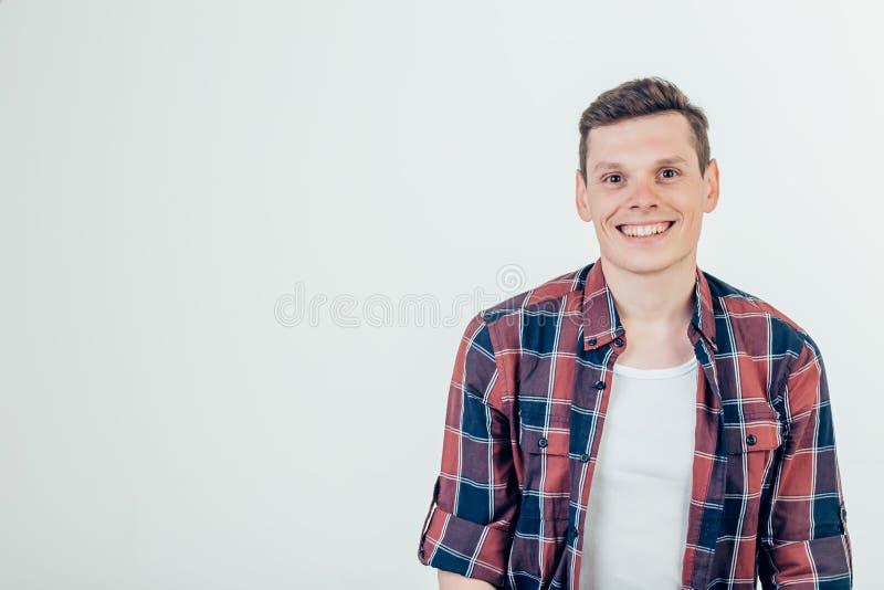 Glücklicher junger Mann Porträt des hübschen jungen Mannes, der Arme gekreuzt und Lächeln hält stockbild