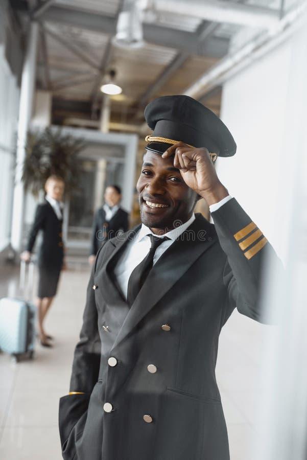 glücklicher junger Pilot beim Flughafenschauen stockfoto
