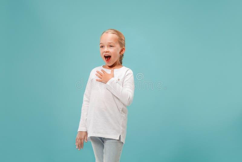 Glücklicher junger schöner Mädchen-Gesang lokalisiert auf blauem Hintergrund lizenzfreies stockbild