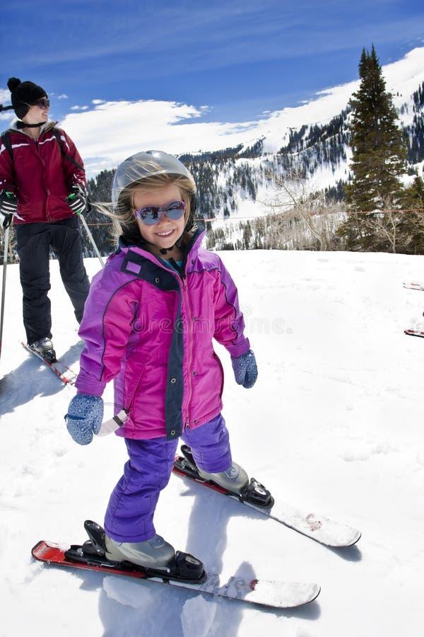 Glücklicher junger Skifahrer lizenzfreie stockfotos