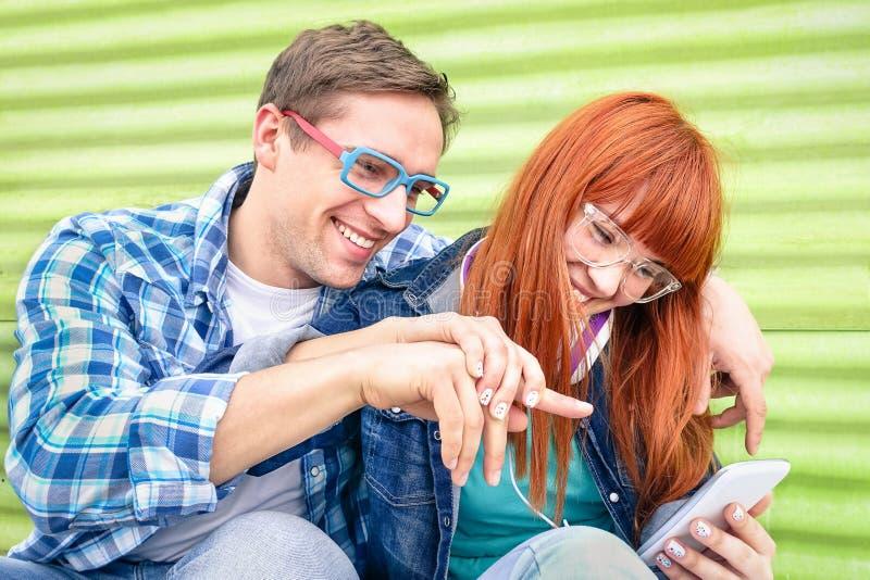 Glücklicher junger Spaß der Paare 0having mit Smartphone lizenzfreie stockfotografie