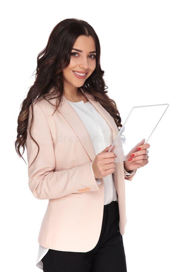 Glücklicher junger Student, der eine transparente Tablette von der Zukunft hält stockfoto