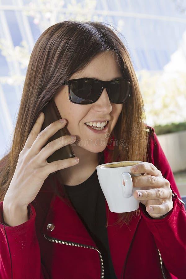 Glücklicher Kaffee in der Stadt stockfotos