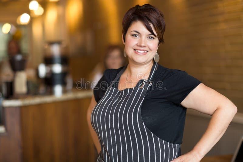 Glücklicher Kaffeestube-Inhaber stockfoto