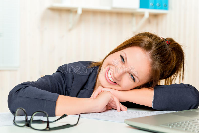 Glücklicher kaukasischer Auftritt der Geschäftsfrau im Büro stockfoto