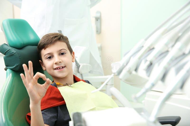 Glücklicher kleiner Junge, der die Verabredung des Zahnarztes hat lizenzfreies stockbild