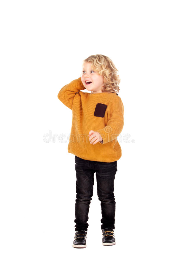 Glücklicher kleiner Junge, der seinen Kopf verkratzt lizenzfreie stockfotos