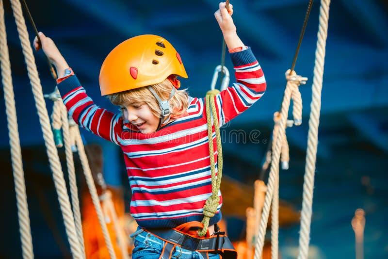 Glücklicher, kleiner Junge, der Tätigkeiten lächelt und hat den Spaß im Freien, spielt und tut Glückliches Kindheitkonzept lizenzfreie stockfotos
