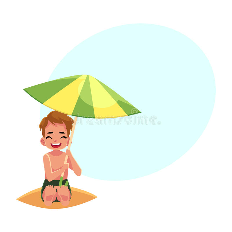Glücklicher kleiner Junge, der von der Sonne unter großem Strandschirm sich versteckt stock abbildung