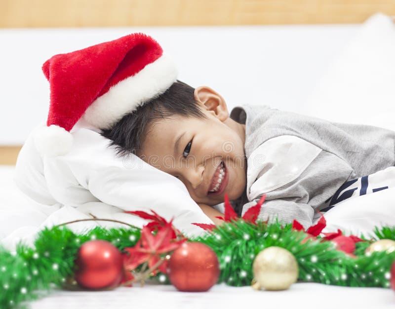 Glücklicher kleiner Junge feiern Weihnachtsfeiertag zu Hause, neues Jahr O lizenzfreie stockfotos