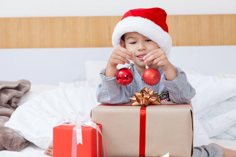 Glücklicher kleiner Junge feiern Weihnachtsfeiertag zu Hause, neues Jahr O lizenzfreie stockfotografie