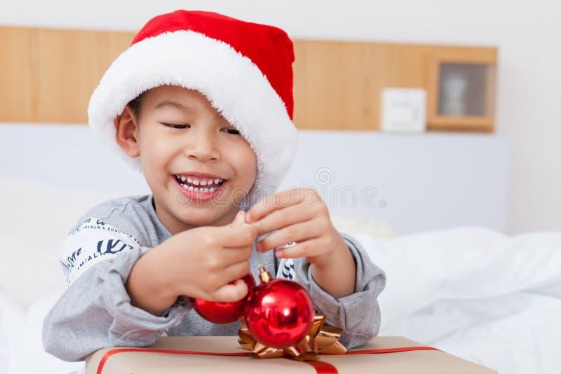 Glücklicher kleiner Junge feiern Weihnachtsfeiertag zu Hause, neues Jahr O lizenzfreies stockfoto
