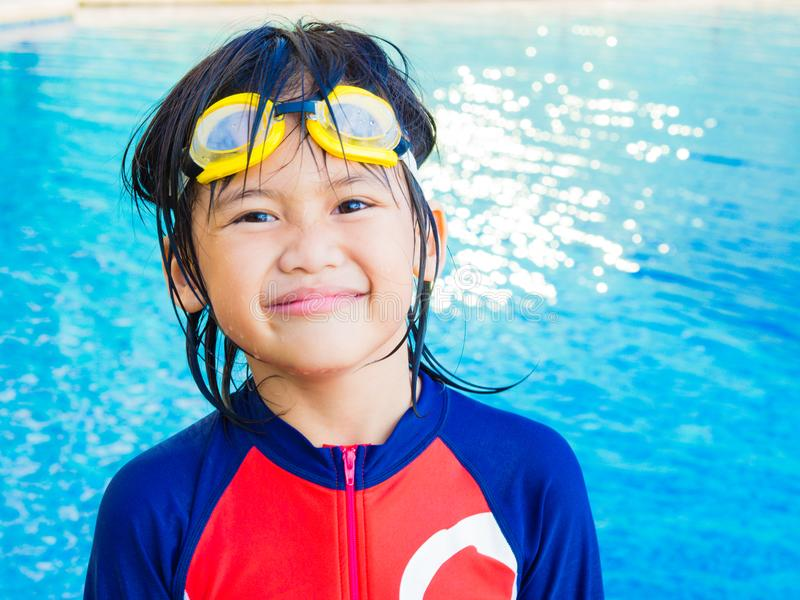 Glücklicher kleiner Junge hat Spaß und genießt im Swimmingpool stockfoto