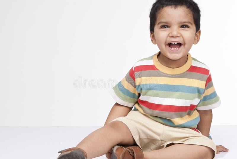 Glücklicher kleiner Junge in Innen lizenzfreies stockbild