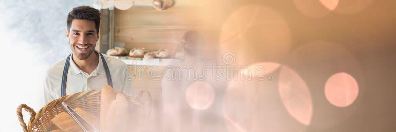Glücklicher Kleinunternehmermann, der Brot hält stockfotografie