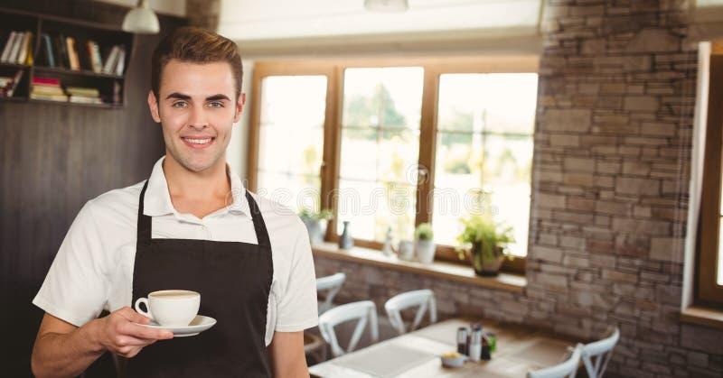 Glücklicher Kleinunternehmermann, der einen Kaffee hält stockbild