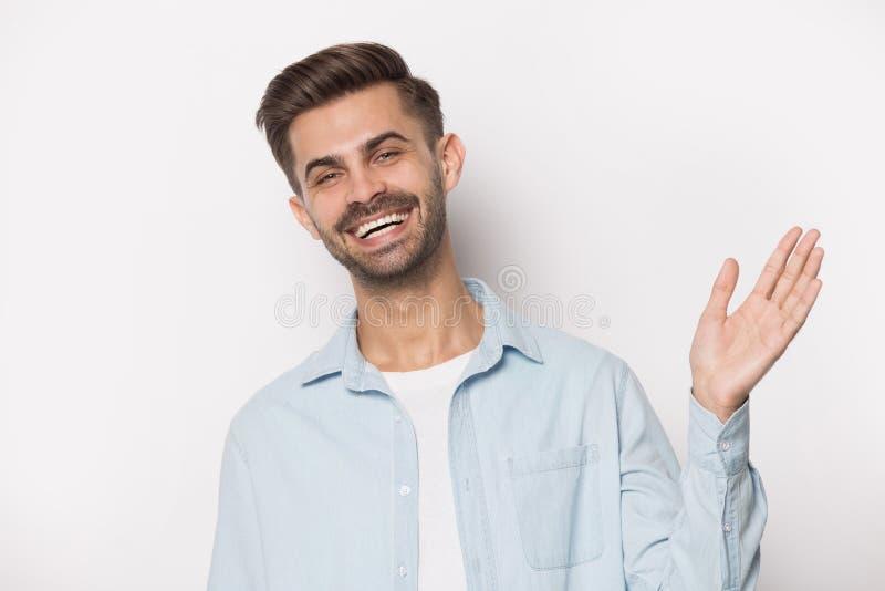Glücklicher Klient in Begrüßungsgestik Hand in Hand schwingen lizenzfreie stockfotografie