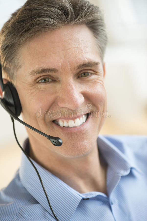 Glücklicher Kundendienstmitarbeiter Wearing Headset lizenzfreie stockfotos