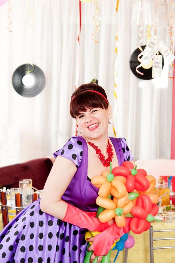 Glücklicher lächelnder Brunette im Retrostil lizenzfreie stockbilder