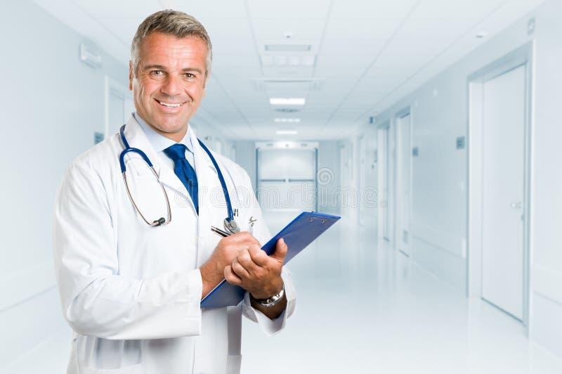 Glücklicher lächelnder fälliger Doktor stockbild