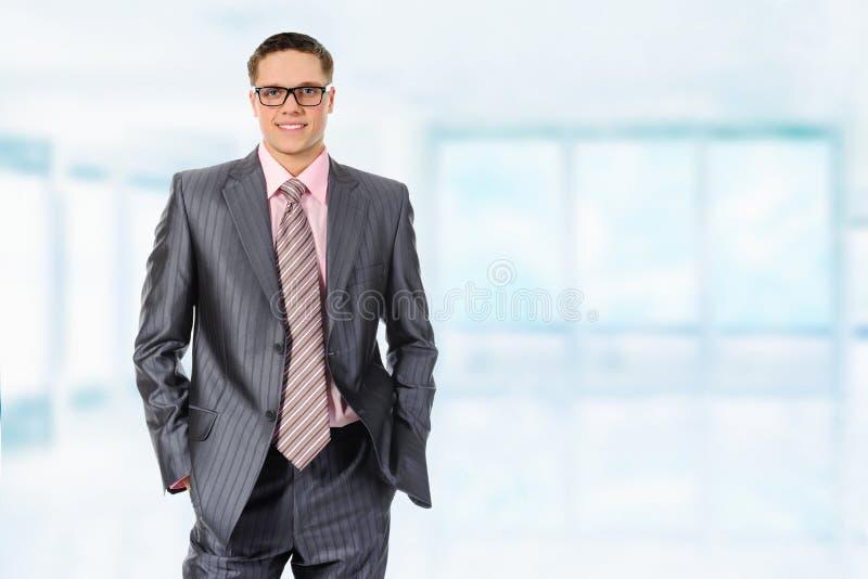 Glücklicher lächelnder Geschäftsmann lizenzfreie stockfotos