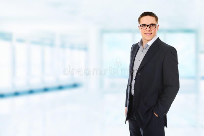 Glücklicher lächelnder Geschäftsmann lizenzfreie stockbilder