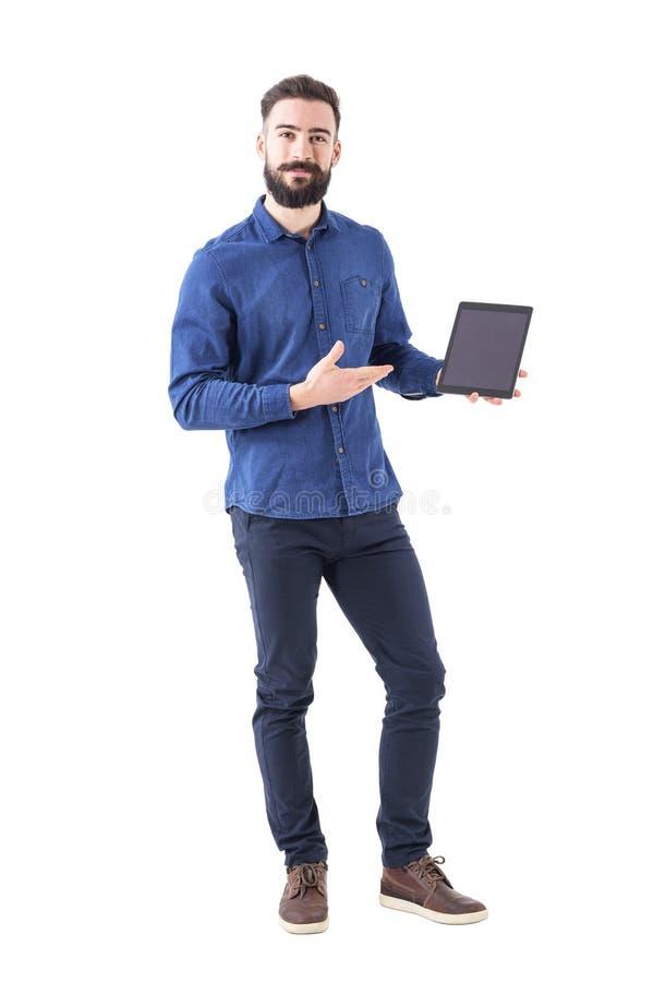 Glücklicher lächelnder intelligenter zufälliger Geschäftsmann, der den leeren Notenauflagenschirm betrachtet Kamera hält und zeig lizenzfreie stockfotos