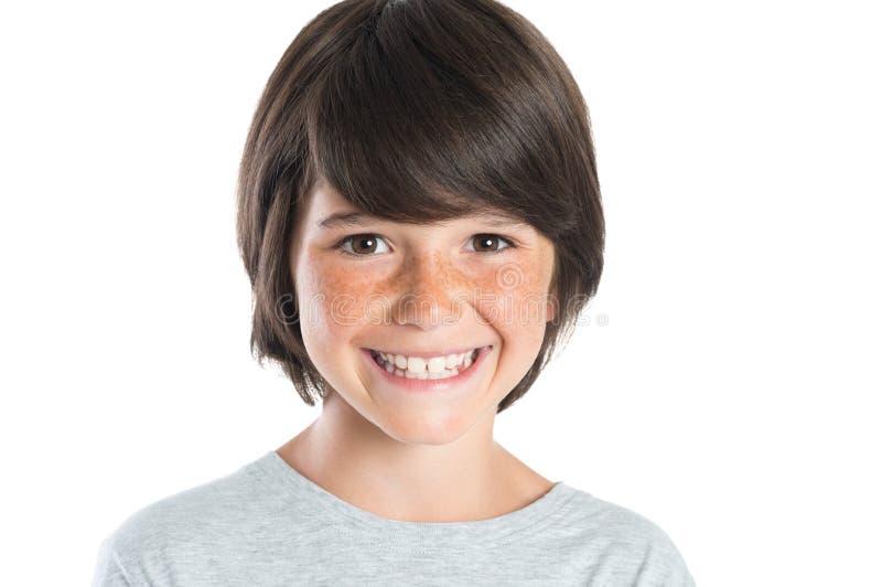 Glücklicher lächelnder Junge lizenzfreies stockfoto